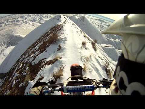 Video que muestra como un hombre conduce una moto por la cumbre de una montaña helada