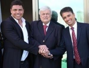 Ricardo Teixeira posa ao lado de Bebeto e Ronaldo, na sede do COL