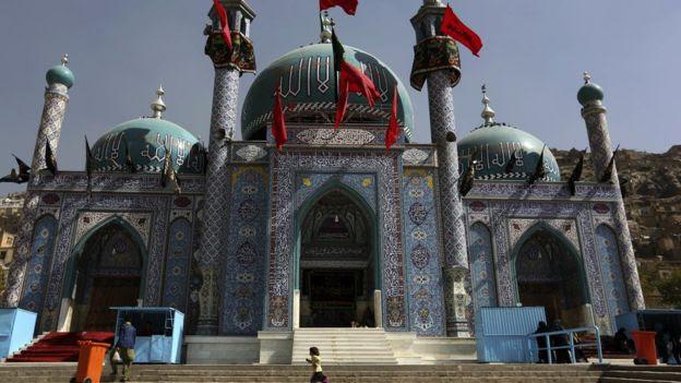 في هذا الأحد 9 أكتوبر، 2016. الصورة، تدير فتاة الأفغانية الشيعة أمام ضريح ساخي كرتي خلال احياء ذكرى عاشوراء في كابول، أفغانستان،