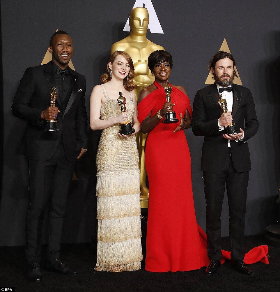 Criticamente aclamado!  Ali ganhou o prêmio por seu trabalho em Moonlight, Stone por La La Land, Viola por Fence e Affleck por Manchester By The Sea