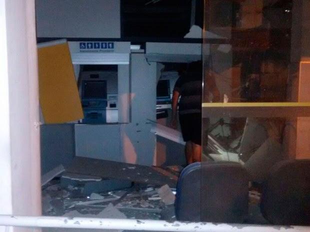 Segundo polícia, grupo explodiu caixas eletrônicos e cofre de agência (Foto: Marinaldo Viana)