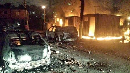 No Complexo de Manguinhos, a sede da UPP na Favela do Mandela foi incendiada. O capitão Gabriel Toledo, comandante da UPP Manguinhos, foi atingido por um tiro numa perna durante ação na comunidade