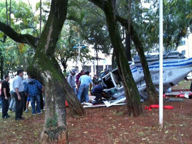 Helicóptero caiu em praça de São Caetano na tarde desta sexta (Foto: Lucia Andréia Gimenes/VC no G1)