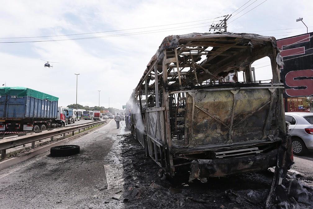 Ônibus são incendiados na rodovia Washington Luiz, em Duque de Caxias, no Rio de Janeiro (Foto: Cléber Júnior/Extra/Agência O Globo)