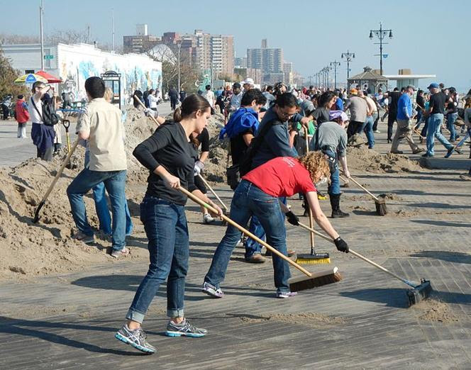 Arquivo: CI boardwalk Sandy sweepers jeh.jpg