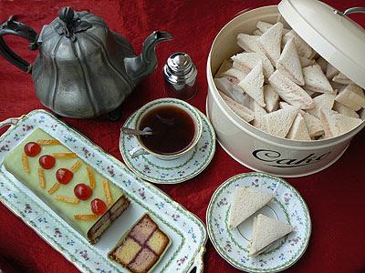 english tea sur nappe rouge.jpg