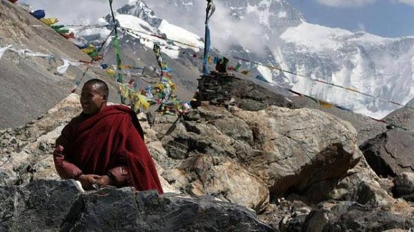 Monje budista en las inmediaciones del Monasterio Rongbo, el más alto del mundo, situado a 5.100 m, a los pies del Everest.