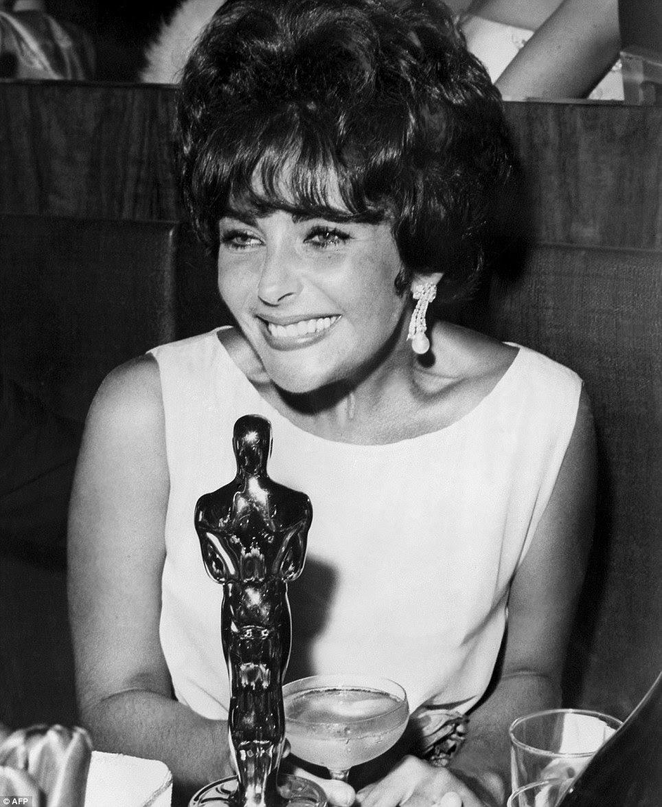 Nasce uma estrela: Elizabeth Taylor e Oscar desfrutar de champanhe depois que ela foi nomeada Melhor Atriz por seu papel em Butterfield 8, em 1960.  Ela ganhou novamente por Quem Tem Medo de Virginia Woolf?  em 1966