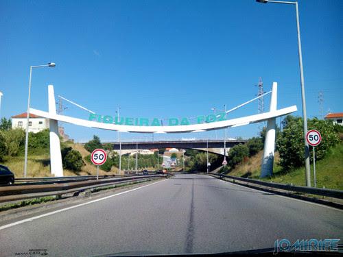 Sinal com nome FIGUEIRA DA FOZ na entrada da cidade [en] Sign with name Figueira da Foz at the entrance of city