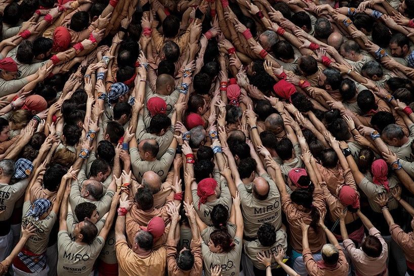 castells-human-towers-catalonia-spain-designboom-11