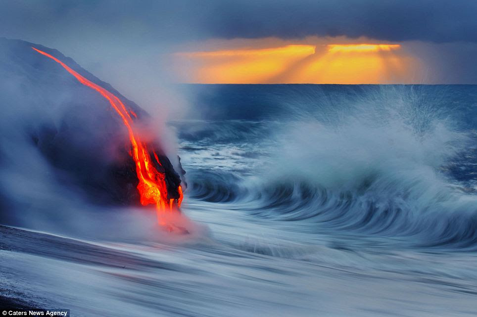 Contrast: The bright light of the lava, accentuated by a long exposure, sets of the grey of the water in the Hawaiian dusk