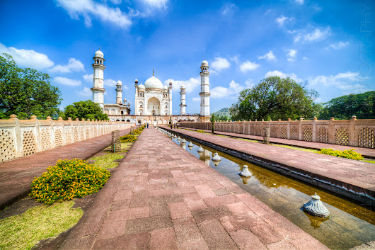 Bibi ka Maqbara — Living in the Taj Mahal's shadow · Happy Feet!