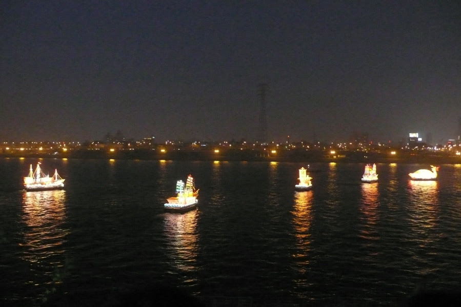 Illuminated boats on the Han River as part of the Hi Seoul festival