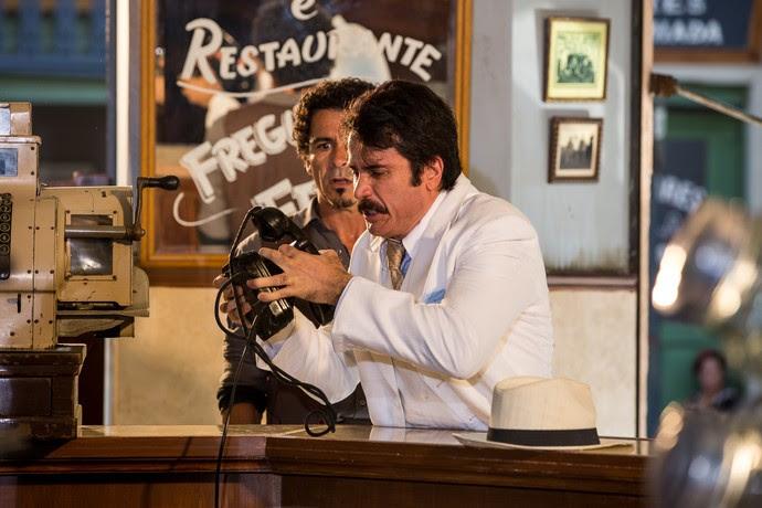 Pancrácio bate o telefone na cara dos bandidos e Ernesto fica irritado (Foto: Ellen Soares/Ghsow)