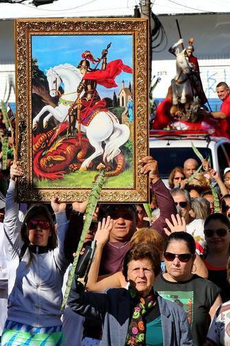Image result for católicos levando santos em procissão bençao