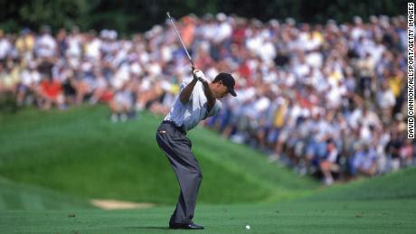 Woods comienza a balancearse durante el Campeonato de la PGA.