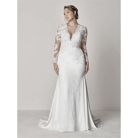 From the Plus size collection Pronovias Eva Long Sleeve