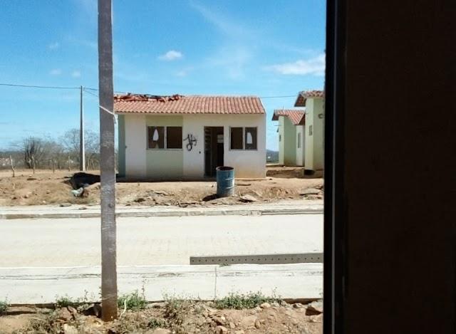 Obrigados a deixarem residências invadidas, imóveis são vistos em chamas no Residencial Cruzeiro em Santa Cruz do Capibaribe