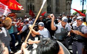Professor estadual que debateu violência policial com alunos sofre represália e ameaças de policiais