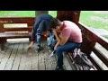VIDEO Tineri puși de Poliția Locală să măture mizeria pe care au făcut-o în foișorul din Parcul Central