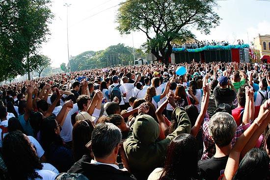 Fiéis participam da Marcha para Jesus em São Paulo