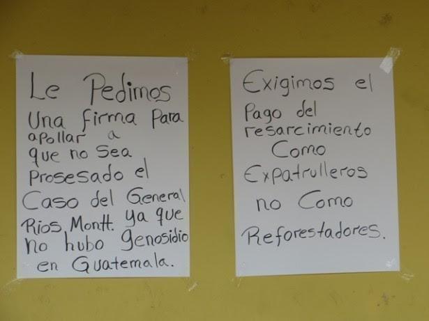 """Foto: El Observador. Gobernación Departamental de Huehuetenango. Carteles colocados por exPAC que realizaron una jornada de firmas en apoyo a Ríos Montt el 18 de abril de 2013, día en que los abogados de la parte acusada se declararan """"en resistencia"""" y se fueran del Tribunal, con previo conocimiento de lo que en la tarde decidiría la jueza Carol Patricia Flores en relación a la anulación del caso."""