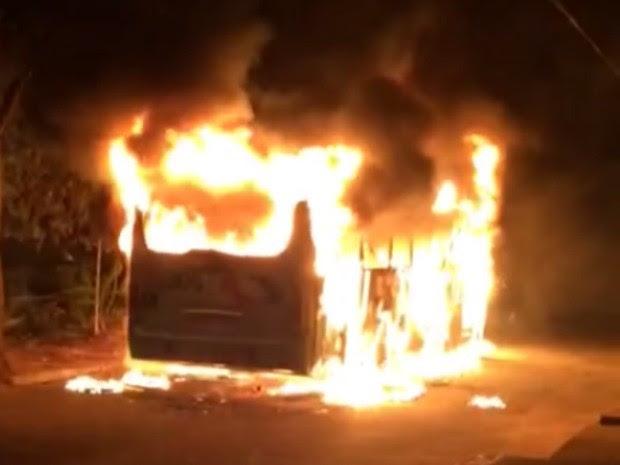 Ônibus é incendiado no Bairro Jardim Iracema, em Fortaleza (Foto: Reprodução)