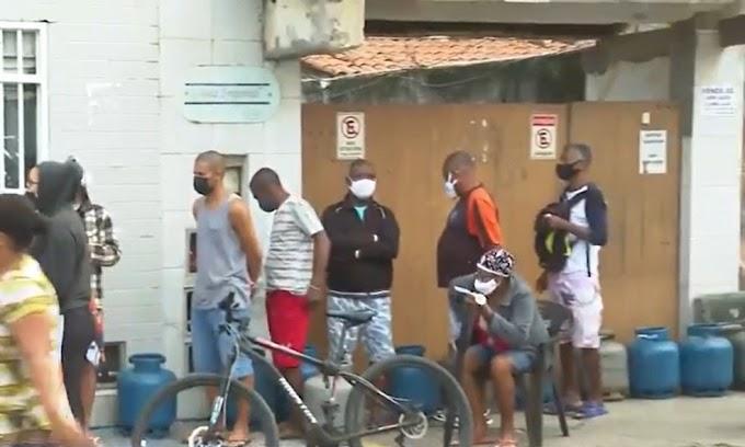 Gás de cozinha vendido a R$ 50 gera filas e briga em Salvador: 'Mostra a necessidade que as pessoas estão passando'