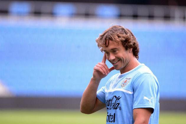 Depois de desfalcar a equipe contra a Inglaterra, capitão uruguaio Diego Lugano pode ser desfalque novamente diante da Itália