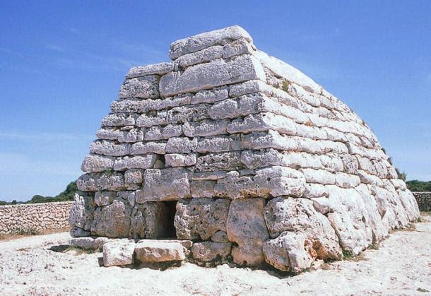 Tumba de Es Tudons, monumento de los pueblos talaióticos de Menorca.