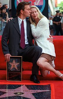 Besando a su mujeran ante su estrella del paseo de la fama de Hollywood, en 1997. | Ap