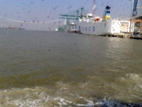 Xiamen: View the sea wave from the poorly-maintained ferry window. (photo: Jan 14, 2013)廈門・フェリー:波しぶきと手入れの悪いフェリーの客室から眺める海滄大橋一時間足らずの船旅だからといって、船室の窓がこれでは客を客と思っていないと勝手に想像してしまう汚れ具合。それなりに見所のある風景が続くのにだ。廈門の高層建物群、かつての租界地コロンス島、小さな島影、私は退屈することはない。まあそれでも写真に収めて披露する海滄大橋。技術指導は日本人だったそうな。