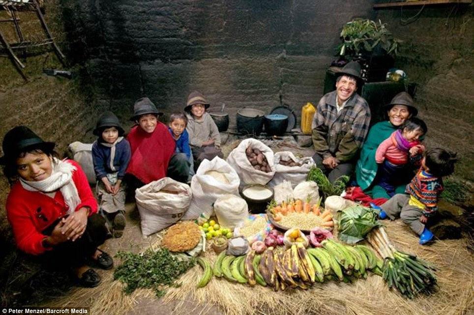 Η Ayme οικογένεια με την αξία μιας εβδομάδας των τροφίμων σε Tingo, Ισημερινός