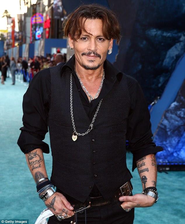 Mais à vontade: Depp abandonou o paletó na noite quente e enrolou as mangas da camisa para um look mais casual