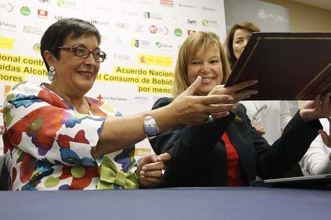 La ministra de Sanidad, Leire Pajín (dcha.), en la firma del acuerdo.   Efe   Juan Carlos Hidalgo