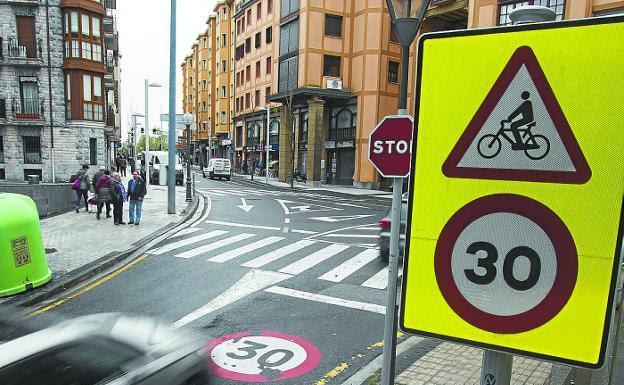 La calle Anaka es uno de los puntos donde la velocidad media sigue siendo superior al límite./F. DE LA HERA
