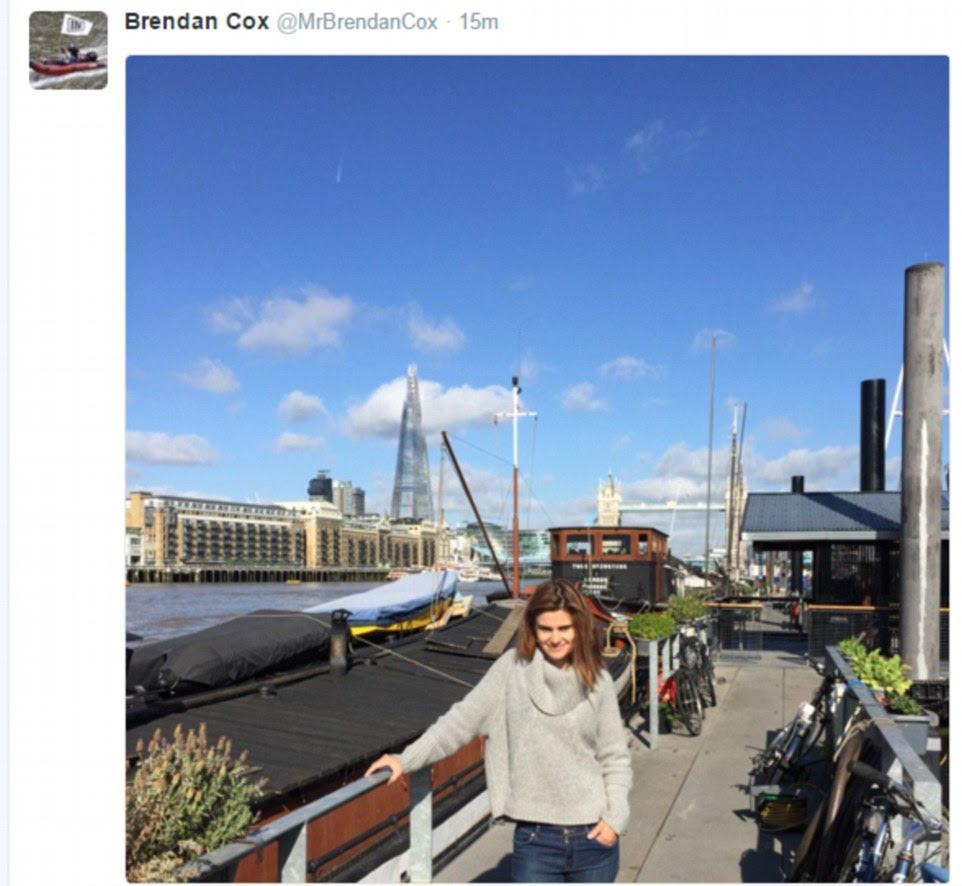Dos horas después de su muerte, el corazón roto marido de la señora Cox Brendan Twitter una foto de pie junto a la casa flotante que se quedaron en cuando estaban en Londres
