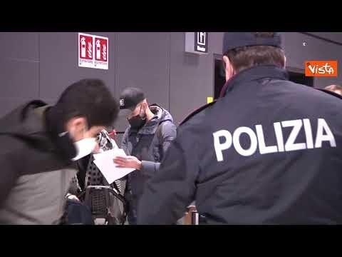 I controlli della Polizia sul volo degli italiani rientrati da Londra