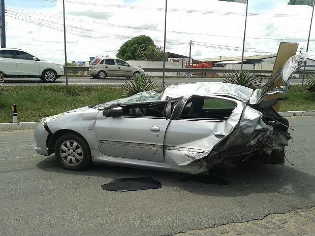 Motorista e cães de estimação estavam em carro que capotou em Feira de Santana (Foto: Aldo Matos/Acorda Cidade)