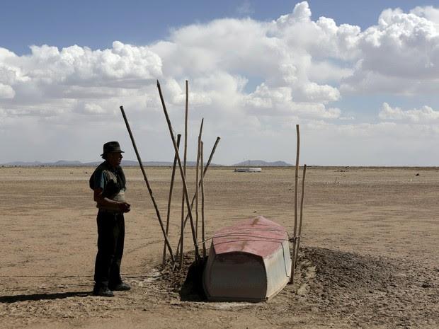 Um lago de 2.337 km² foi reduzido a poucas áreas úmidas (Foto: Reuters/David Mercado)