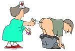 Sjuksköterska kvinna ger en man en subkutan injektion vaccin med en nål i hans rumpa