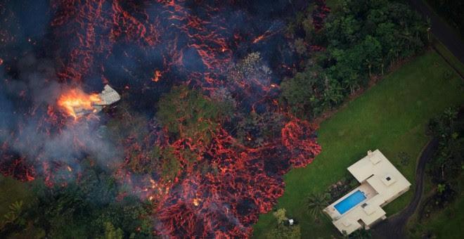 Lava del volcán aproximándose a una vivienda - Bruce Omori/ EFE