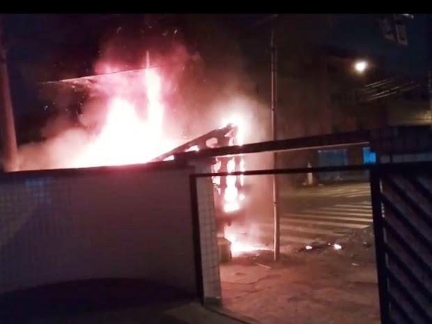 Caminhão foi incendiado durante o crime (Foto: G1)
