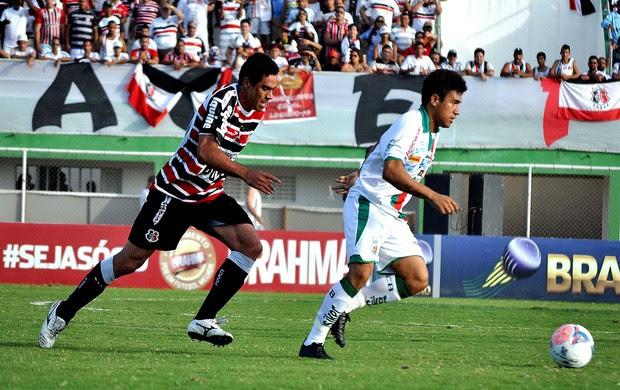Lance do jogo entre Baraúnas e Santa Cruz (Foto: Frankie Marcone / Agência Estado)