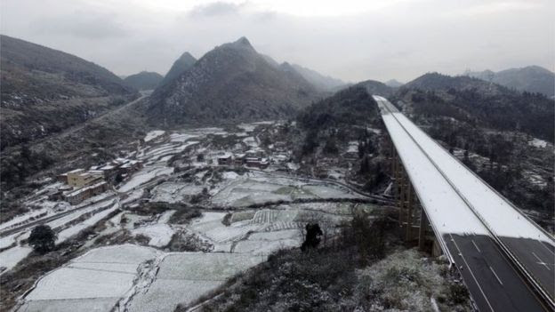 Highway closed due to cold and snow in Shaoguan, Guangdong (24 Jan 2016)