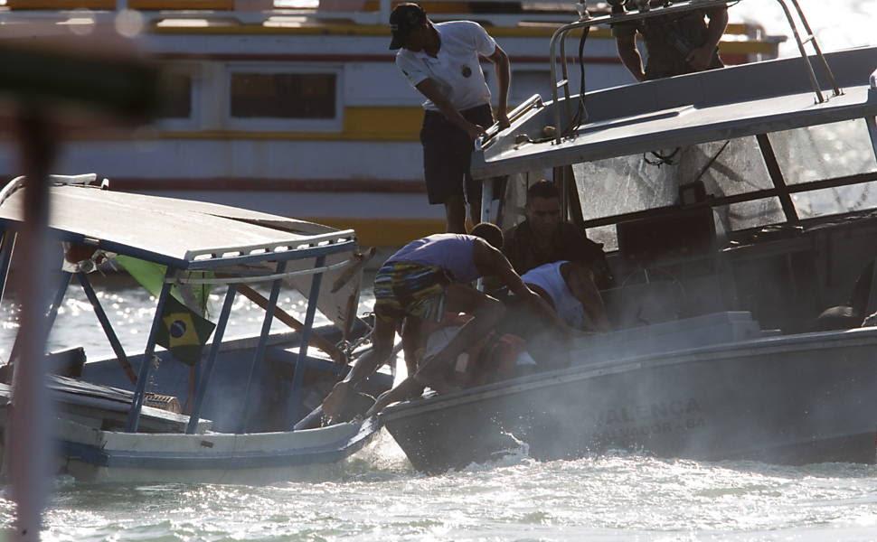 Momento exato em que o Barco Mira I é atingido pela lancha Valencia da  marinha  na praia de Aratu, na Bahia