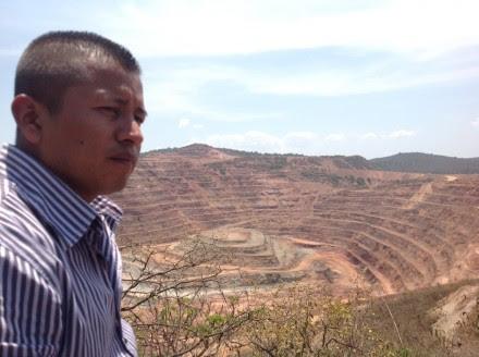 El vocero del Consejo de Vigilancia de los Bienes Ejidales de Carrizalillo, Julio Peña Celso, frente al yacimiento a cielo abierto de El Bermejal. Foto: Ezequiel Flores