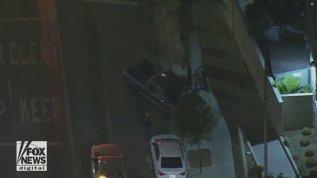 Off-duty LA cop shot, suspect in custody