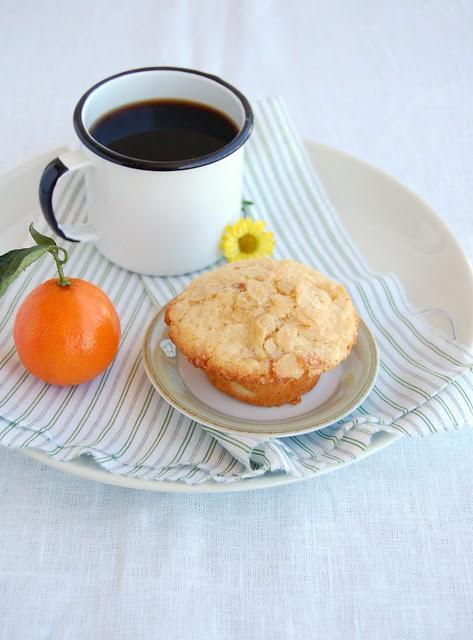 Rangpur lime and almond muffins / Muffins de limão-cravo e amêndoa