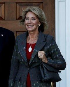 Donald Trump con Betsy DeVos, designada como secretaria de Educación. REUTERS/Mike Segar